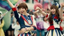 篠田麻里子(左)と小嶋陽菜