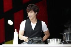料理の腕前を披露するユンホ