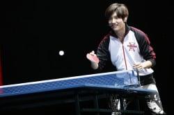 ファンと卓球対決するチャンミン