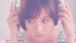 MVでは自然な表情を見せている