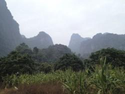 切り立った山々に囲まれた土地を開拓したロケ現場周辺の様子