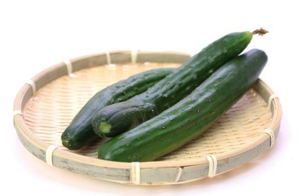 夏野菜で外せないキュウリは、脇役のイメージが強いせいか使いどころに悩みがち。味噌やマヨネーズをつけて食べる以外の食べ方がわからないという人も多いのでは。ヘルシーだけど、ビタミンCをはじめ食物繊維やミネラルがバランス良く含まれていまる。水分が多いので、体を冷やす効果や塩分の補給にもなる、夏には欠かせない野菜。