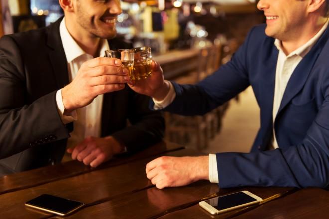 共感を示す「ミラーリング」。飲みの場でも相手がグラスを口に運ぶタイミングと合わせると良い