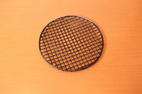 「網」 中華鍋のサイズと合わせるとよい。鍋底から5センチほど隙間が空くサイズが好ましい。洗いやすくさびにくいステンレス製がおすすめだが、100円ショップで買えるものでも構わない。