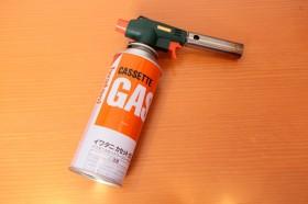 「ガスバーナー」 スモークウッドに点火する際に使用する。アウトドアシーンで「温燻」をするときにあると便利。市販のガスボンベの口に付けるタイプのものが便利。