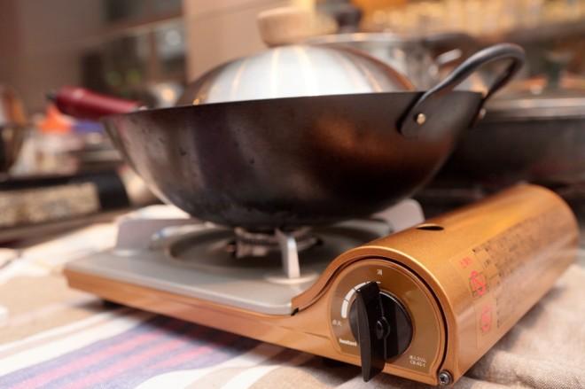 6.10分間燻煙したら火を止めて、煙が落ち着くまで(5.6分)フタを開けずに待つ。