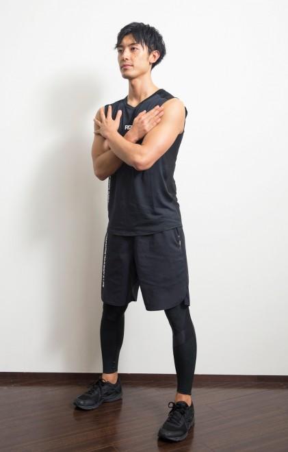 【1】足幅は肩幅よりやや広く。体重は足裏全体に。腕は胸の前で組む。