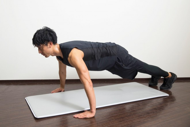 【1】両手を肩幅よりやや広めに肩の横につく。指先は揃え、少し内側に向ける。脚はやや開く。