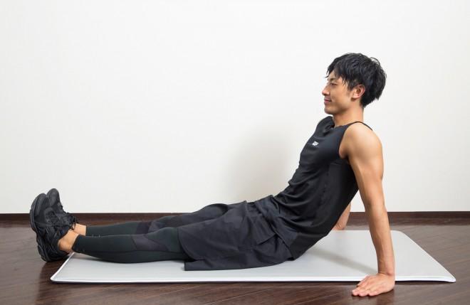 【1】手は体を支えるように置き、重心をかける。脚は伸ばす。