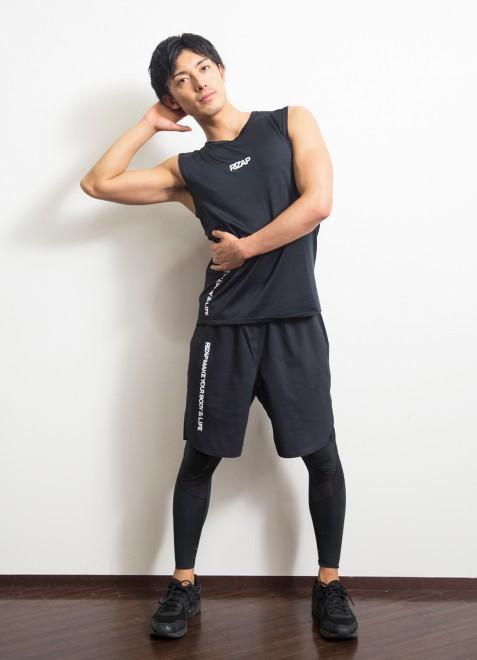 【2】手のある方の脇腹の筋肉をつぶすイメージで上半身を横に倒す。【1】に戻る。左右5回ずつ。