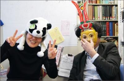 中国のカワイイグッズを身につけてハイ!ポーズの永吉先生と松家先生