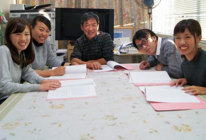 「ボランティアスタッフズ」の(左から)瀬川慶子さん、畔柳風花さん、浅野英一先生、柳健志さん、榎並梨緒さん