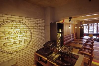 TOWER RECORDS CAFE 表参道店。レジ付近にはDJブースを設置