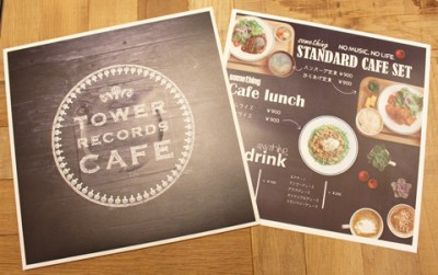 TOWER RECORDS CAFE 表参道店のメニュー。アナログ盤のパッケージを模っている