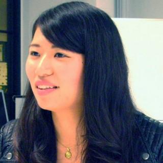 (右)林亜祐美さん(総合経営学部商学科4年/大手旅行会社内定)社会で活躍できる力を学ぶため入学。入学後は、ビジネスリーダーを養成する学内の特別コースの「OBPコース」で学ぶ。