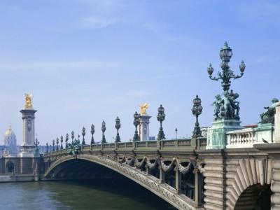 芸術作品のような橋がいくつも掛かるパリの街並み