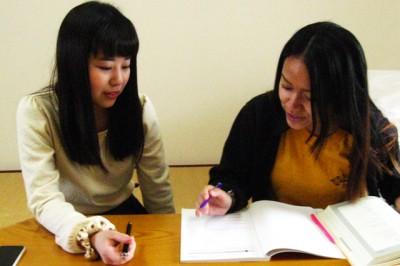 各部屋では、就寝前に勉強を教え合う風景も。この日は上場さんがボンサラさんの日本語の勉強をサポート中。