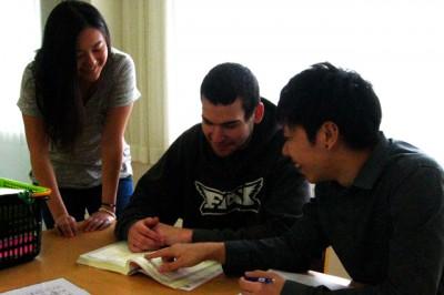 食堂の隣にラウンジも設置。外国人学生の勉強を教えたり、思い思いに過ごしている。