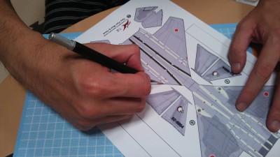 プリントアウトした型紙を切り抜く。カッターは100円ショップのものでもいいが、本格的なもののほうが圧倒的に使いやすい