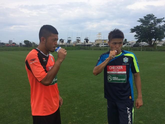 練習の合間にウイダーinゼリーでエネルギー補給をする湘南ベルマーレの選手