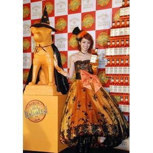 タレントの南明奈と渋谷のシンボル・ハチ公がハロウィーン仮装で登場