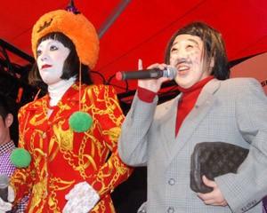 『SHIBUYA HALLOWEEN 2014』のオープニングイベントに出席した日本エレキテル連合(左から)橋本小雪、中野聡子
