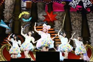 『日テレ HALLOWEEN LIVE 2015』昼公演できゃりーぱみゅぱみゅの仮装を披露した高橋みなみ