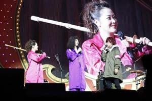 『日テレ HALLOWEEN LIVE 2015』夜公演に登場した「ヒル團デス!」の水卜麻美アナ(左)とミッツ・マングローブ(中)
