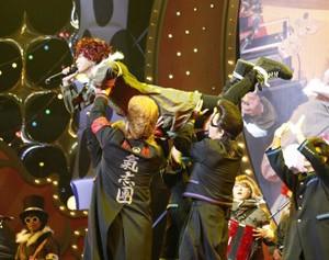 SEKAI NO OWARIのFukaseに扮して歌う氣志團の綾小路翔
