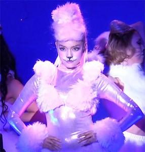 ピンクのプードルに扮した姿で登場したローラ