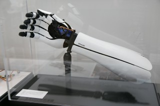 電気信号によって  制御できる美しいデザインの義手、「HACKberry」