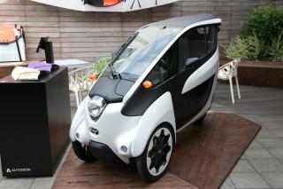 トヨタが開発した、バイクとクルマを融合したような電動3輪パーソナルモビリティ