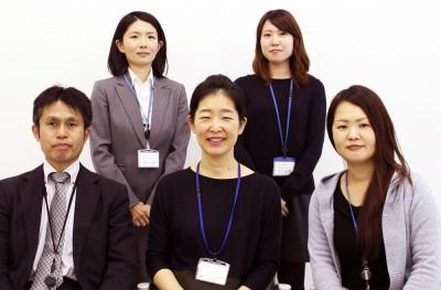 齋藤安以子教授(前列中央)と国際交流センタースタッフ