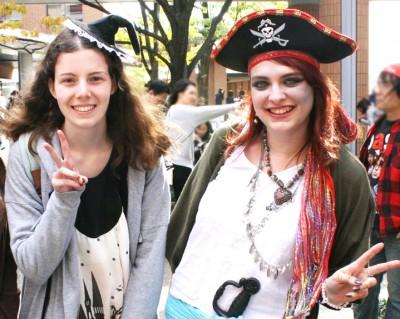 サラ・ヘレンディーノさん(左)とイザベル・ファメリさん(右)