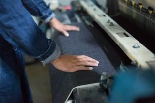 現存数が極めて少ない旧式力織機で織り上げられた「セルピッチデニム」