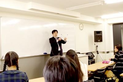 歌って教える名物先生の授業を楽しそうに受ける生徒たち