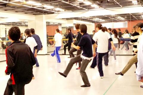 体育の授業でダンスをする生徒たち