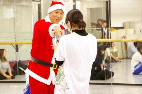 スクーリングで生徒にクリスマスプレゼントを配る花澤悟史校長
