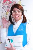 """『コップのフチ子』名物広報""""シキ子""""さんに突撃取材! 奇譚クラブのガチャガチャはなぜ人気?"""