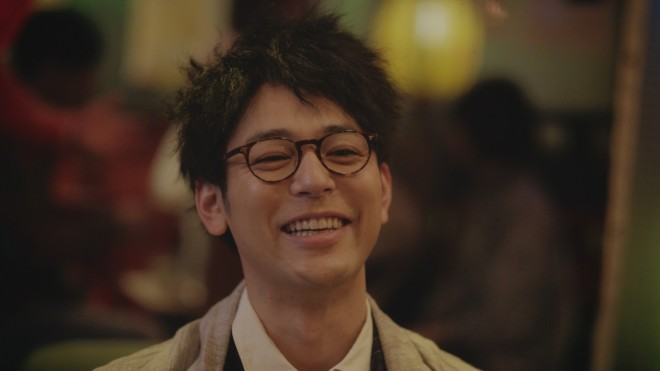 丸メガネ姿の妻夫木聡さん