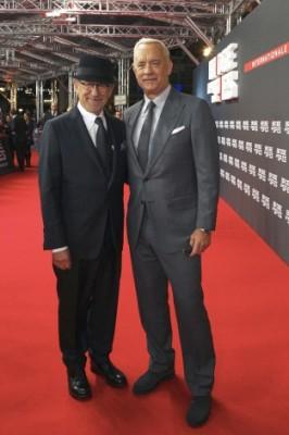 『ブリッジ・オブ・スパイ』のインターナショナルプレミアに登場したスティーブン・スピルバーグ監督(左)、トム・ハンクス