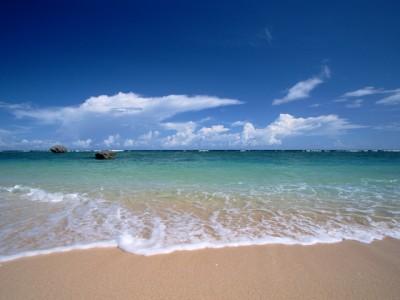 青空に映える美しい沖縄の海