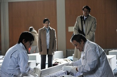 君塚良一氏が監督・脚本、フジテレビの亀山千広氏(現・代表取締役社長)が製作を手がけた『遺体 〜明日への十日間〜』(2013年)。東日本大震災時に設置された「遺体安置所」を劇映画で描いた(C)2013フジテレビジョン