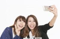 """""""盛れる""""写真撮影の変遷 なぜ若者は自撮りをするのか?"""