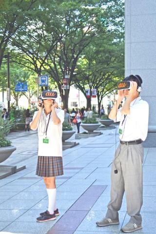 表参道を歩きながら学習コンテンツを体験する、渋谷教育学園渋谷中学高等学校の生徒たち(C)ORICON NewS inc.