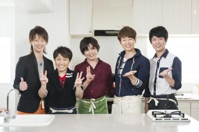 放送中の『演歌男子。3』では演歌男子たちが様々なことに挑戦。写真は料理に挑戦した(左から)はやぶさ、パク・ジュニョン、松阪ゆうき