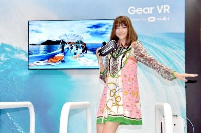 「VR 4Dシアター」体験にはしゃぐ森星