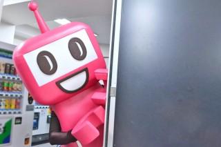 扉の外から打ち合わせ中の髭男爵を見つめるPASMOのロボット