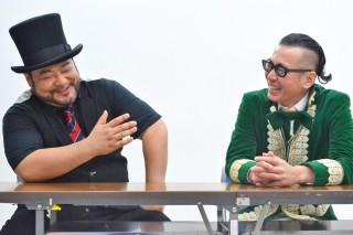 山田ルイ53世(左)とひぐち君は、会話に花が咲いている様子