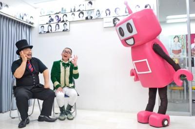 必死に頼み込むPASMOのロボットに、髭男爵の2人は笑顔でOKマークをくれた